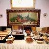Очень красивый ресторан. Четыре больших оконных витража - четыре времени года по картинам самого известного чешского художника-модерниста Альфонса Мухи. С большим вкусом подобраны старинные картины, которые придают интерьерам особенное очарование.
