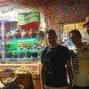 Мохаммед, Дино и я возле их магазина масел и чая на территории отеля возле пляжа. Рекомендую
